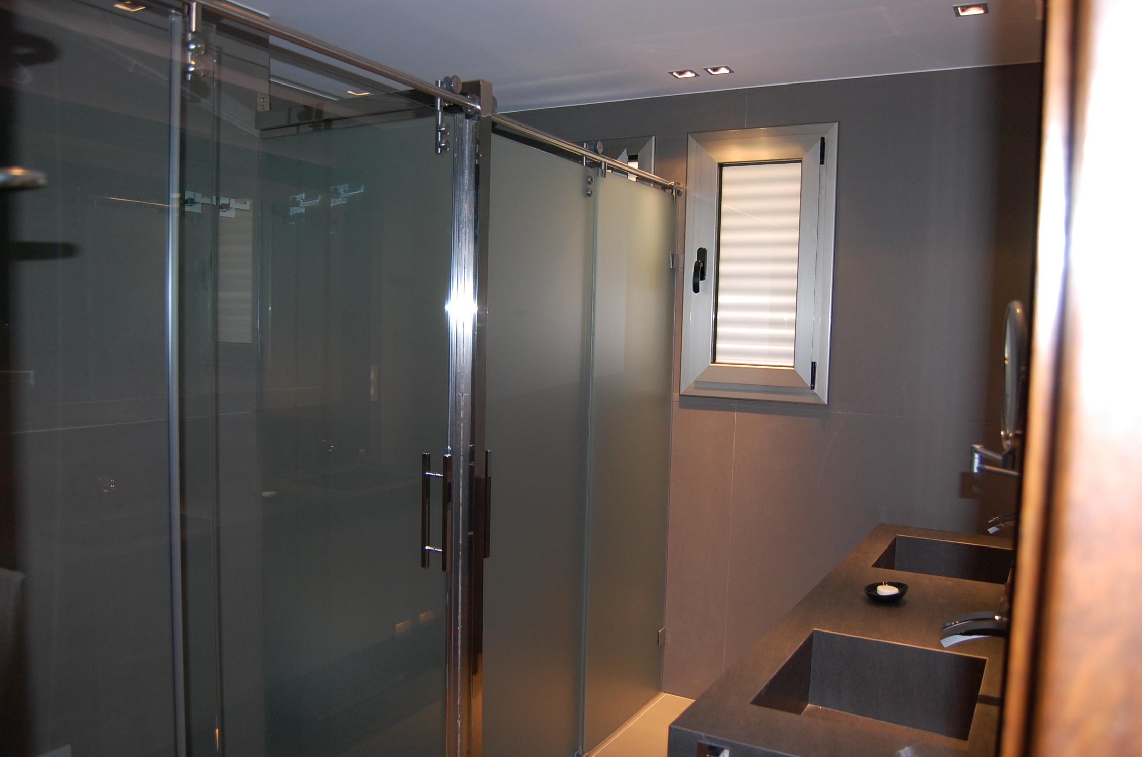 Iluminacion Estanca Baño:Sustituimos el espacio de una bañera por una ducha y le añadimos un